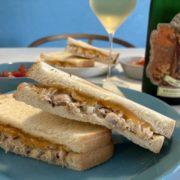 ツナメルトサンドウィッチと白ワインのペアリング