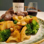 和牛もも肉のサイコロステーキとレンコンブロッコリー|赤ワインと楽しむご馳走